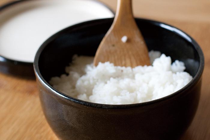 非常にシンプルな佇まいの伊賀の陶器のおひつです。レンジで温めなおしたご飯もふっくらと美味しくいただけます。おひつの内側には釉薬がかかっていないので、おひつ自体が呼吸をして水分調整もしっかりできるんですよ。
