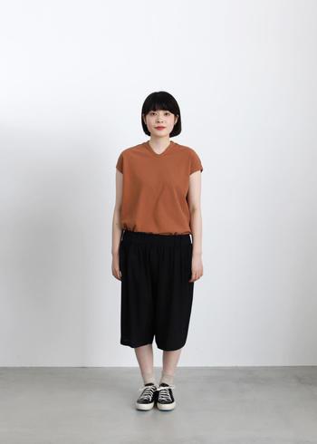 カジュアルで単調になってしまいがちなTシャツ+パンツコーデも、TシャツをVネックにするだけで印象が変わります。女性らしさを出したいときは、Vネックがおすすめです。
