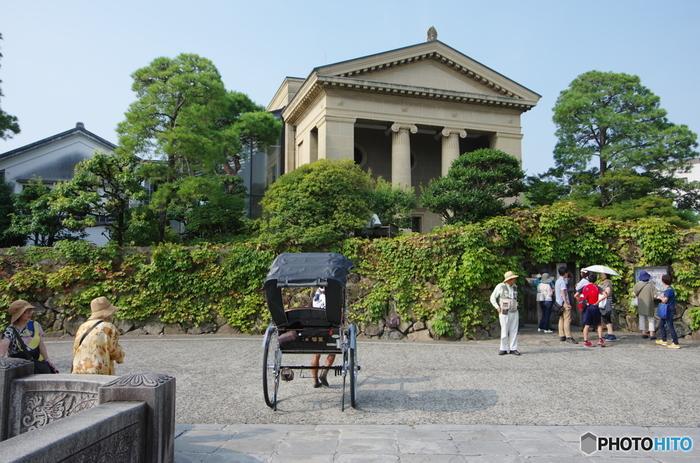 ギリシア神殿のような外観をした大原美術館は、1930年に、実業家の大原孫三郎氏によって、日本初の西洋美術・近代美術を展示する美術館として開館された美術館です。ここでは、エル・グレコ、モネ、ルノワール、ゴーギャン、ユトリロ、ピカソといった近代西洋美術の巨匠達の作品が展示されています。