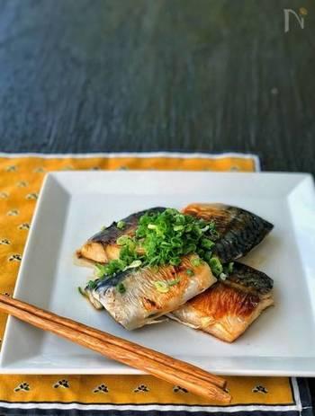 フライパンを使えば、マリネ液につけておいた塩鯖を美味しく焼くこともできます。夜のうちにマリネ液につけておいて、朝焼けば、簡単で美味しい塩鯖の豪華な朝食をいただけて◎。