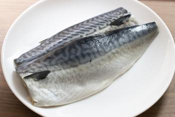 塩鯖はしょっぱ過ぎたり、塩分が気になるという方は、1.5%程度の食塩水を作って、1~2時間ほど漬けて塩抜きをします。真水につけると水っぽくなったり、苦味がでたりしてしまうので、食塩水でゆっくりと塩気を抜くのが◎。