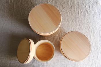 木の年輪がほぼ平行に並んだものを、柾目(まさめ)材と呼びます。こちらの東屋のおひつは、このラインがとても美しく、食卓に置いておくだけでも、華があります。