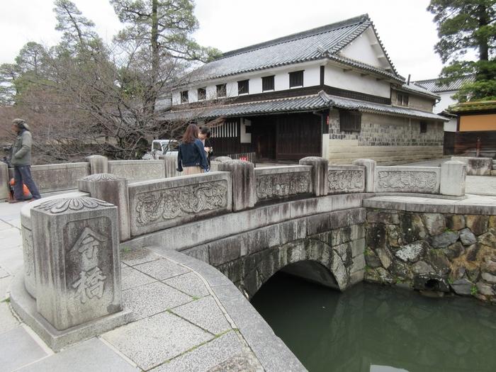 倉敷美観地区の入り口近くに架かる今橋は、1926年に当時築100年を超えていた今橋を架け替えた石橋風の外観をした橋です。大原美術館と旧大原家住宅を結ぶこの橋は、周囲の古い街並みと見事に調和しており、格好の写真スポットとなっています。