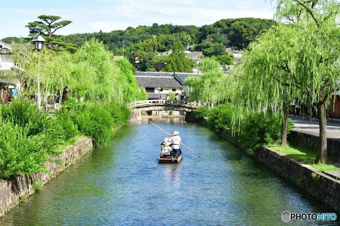 両岸には柳並木が続く倉敷川は、美観地区の中心部を悠然と流れる河川です。風情ある町屋建物と、柳の樹々が織りなし、倉敷川周辺を散策していると、まるで時代劇のロケ地に迷い込んだような錯覚を感じます。