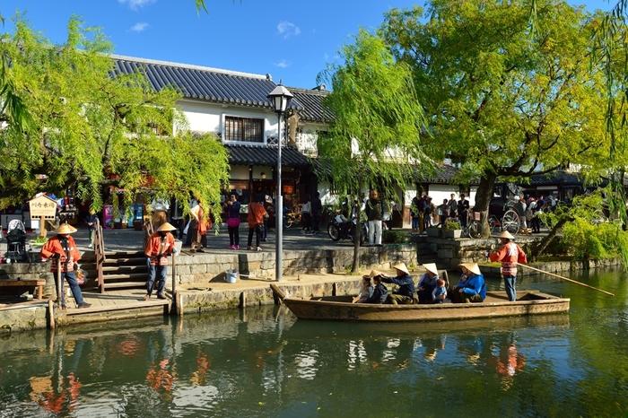 江戸時代、倉敷川には、物資を運ぶ船が行き交い、水上交易の場として重要な役割を果たしていました。今でも船頭が漕ぐ川舟が観光客を乗せて行き交っています。美観地区を水上から眺めてみるのも、地上を散策するのと異なる風情を楽しむことができるので、おすすめですよ。