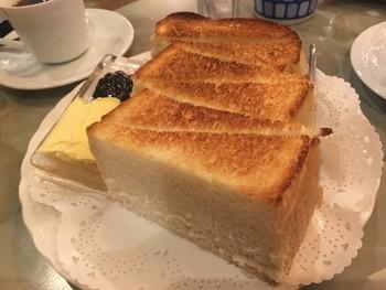 一目見た瞬間、歓声をあげたくなるほどの分厚いトースト。3つにカットされ、斜めに切れ込みが入れられています。小麦の風味がコク深いバターと甘いジャムに見事に合わさり、幸せな味が口いっぱいに!