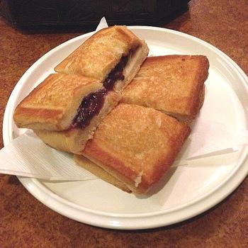 もう一つオススメしたいメニューがこちらの「アンプレス」。厚切りパンであんこを「ぎゅっ」挟んだホットサンドです。甘いあんこと、バターの塩気のハーモニーが絶品。1つずつ焼き上げるので、オーダーは1テーブル1つまでなんだとか。
