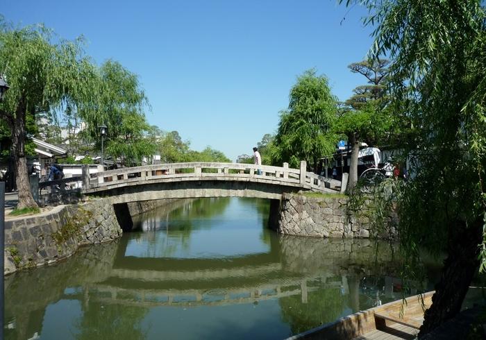 倉敷川を挟んで、倉敷考古館と倉敷館を結ぶ中橋は、1877年に架け替えられた石橋です。中橋は、緩やかな太鼓橋となっているため舟が橋の下を往来できるように工夫されているのが特徴です。
