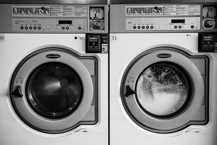 汚れをしっかり落としたい時は、洗濯用の中性洗剤を用意し、40℃のお湯に20分程度浸けてから洗濯を行いましょう。脱水時間は、やや短めに設定することでシワが付きにくくなります。乾燥機は、縮みの原因となるので使用を控えましょう。