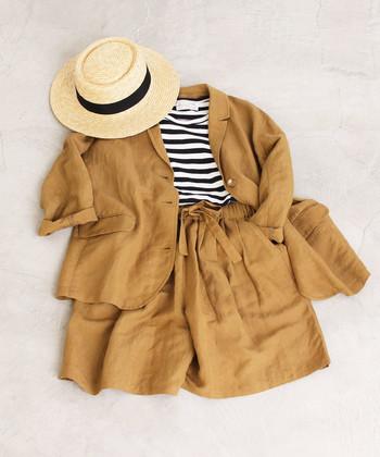 ジャケット&ハーフパンツのセットアップを、ナチュラルに着こなしたコーディネート。ボーダーTシャツや、白いTシャツをインナーに合わせるなど、自分らしい着こなしに仕上げることができます。