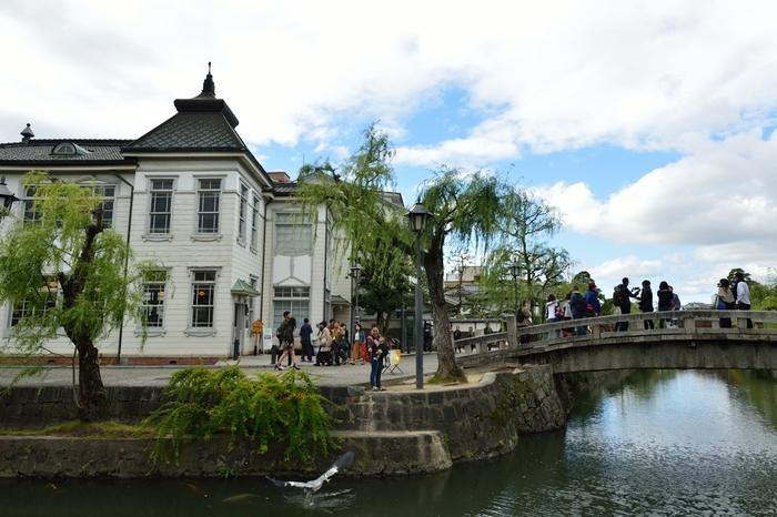 中橋に面して立つ白いモダンな洋風建築物、倉敷館は、1917年に倉敷町の役場として造られた建築物で登録有形文化財に指定されています。ここは、現在、観光案内書兼無料休憩所として開放されています。