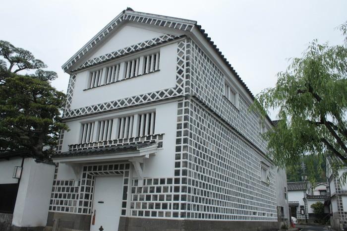 倉敷川を挟んで、倉敷館の反対側に立つなまこ壁が特徴的な建物、倉敷考古館は江戸時代の土蔵作り米倉を改装した博物館です。内部には、岡山県周辺の遺跡から発掘された遺物が多数展示されています。