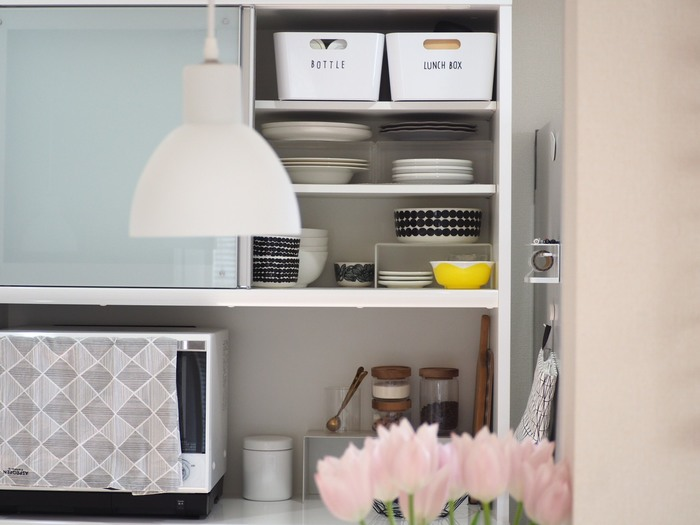 キッチンはモノが増えて片付かない、とお悩みの方は多いのでは。生活感の出やすい場所ですが、上手に収納することで使いやすく整った空間はつくれます。  何だか家事効率が悪い、掃除しにくい、どこに何があるのかわかりにくいなど、今のキッチンに少し不満があるならぜひ「キッチン収納」を見直してみませんか。