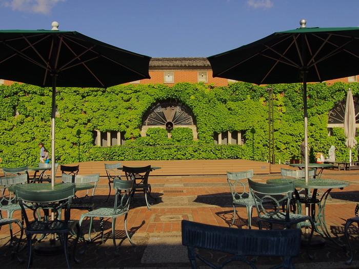 緑の蔦で覆われたレンガ造りの大正ロマン風のアイビースクエアは、かつて倉敷紡績の旧工場だった建物です。