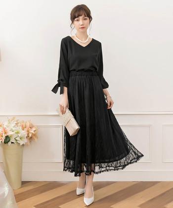 ブラックカラーのセットアップで、大人な印象に仕上げます。ふんわりスカートがアクセントになった遊び心があり、パーティーシーンにもぴったりです。ヒールと合わせればさらにフォーマルな印象に変わりますよ。