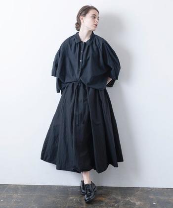 タイプライター生地のスカートは、パリッとした印象が特徴です。ウエストはゴムと紐できっちりウエストを絞り、ふわっとメリハリのある着こなしがおすすめです。空気感のある軽やかな印象になりますね。