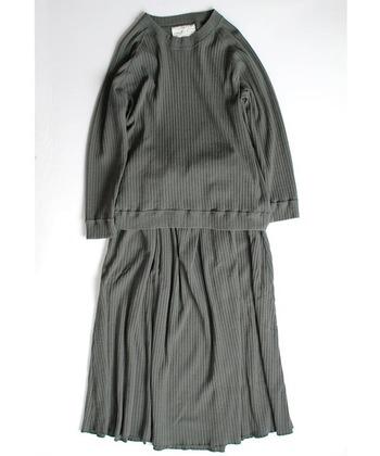 針抜きのリブ編みで仕立てられたフレアスカートとトップスが可愛いセットアップ。裾のフレアが広がりすぎず、ほどよいボリュームをキープしてくれ大人の女性らしい落ち着いたコーデになります。オリーブグレイ色も落ち着いたナチュラルな雰囲気ですね。