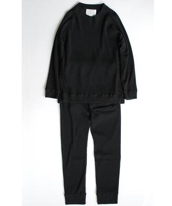 コットン100%のリブ編みのパンツと、トップスのセットアップ。柔らかく着心地のいいスウェット素材のパンツは、暑い夏でもサラッと着こなせますよ。ウエストで紐をキュッと絞れば、大人のシルエットの完成です。