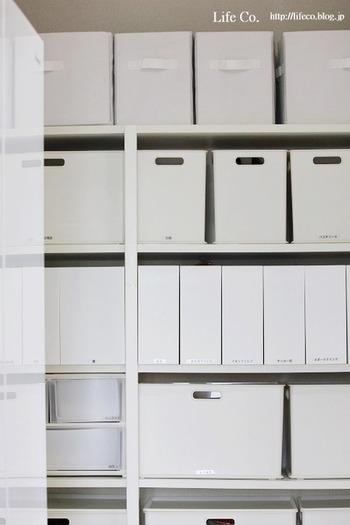 食材や調理器具などを収納するパントリーは、キッチンのすぐそばにあると使いやすく。  買い物から帰ってパントリーに直行し、食材などを収納すればキッチンはきれいなまま。扉やカーテンなどで目隠しできれば、急な来客にも慌てずにすみそう。