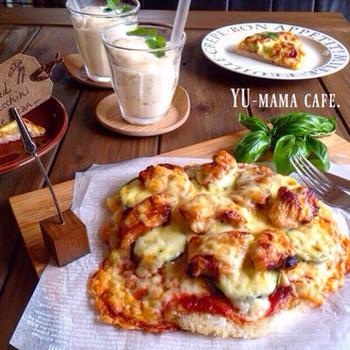 残り物のご飯を使って作るピザ。たっぷりのせてカリカリに焼いたチーズの香ばしさがたまりません。