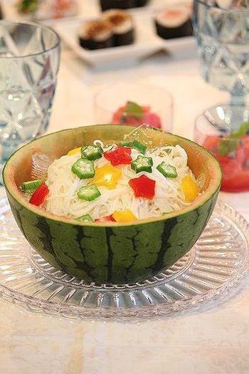 スイカを器にしたポップな見た目のそうめん。星型にくりぬいたお野菜をトッピングしてかわいらしく。