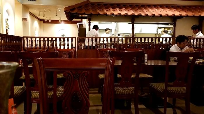 南インド料理本来の味わいを楽しむなら、八重洲口からほど近い「ダクシン」へ足を運んでみましょう。 【シックで落ち着いた雰囲気の「南インド料理ダクシン 八重洲店」店内。】