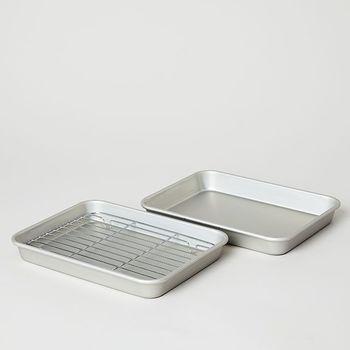 天ぷらを揚げる前、食材に薄く小麦粉を振っておいたり、揚げた後さっと網に乗せれば油が切れる網付きバット。食材の下ごしらえにも色々使えるのであると便利です。