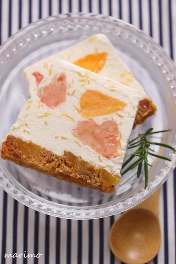 レモン・ピンクグレープフルーツ・オレンジの3種類の柑橘を使ったアイスケーキ。レモン風味のヨーグルトベースでさっぱり爽やか。フルーツははちみつをマリネして加えるのがポイントです。