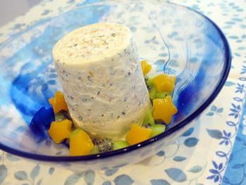 市販のバニラアイスクリームにヨーグルトとフルーツを混ぜて冷やしかためます。そのまま食べてもOKですが、炭酸水とフルーツシロップorリキュールで割ったものを器に流し込めば、しゅわっと爽快な味わいに。