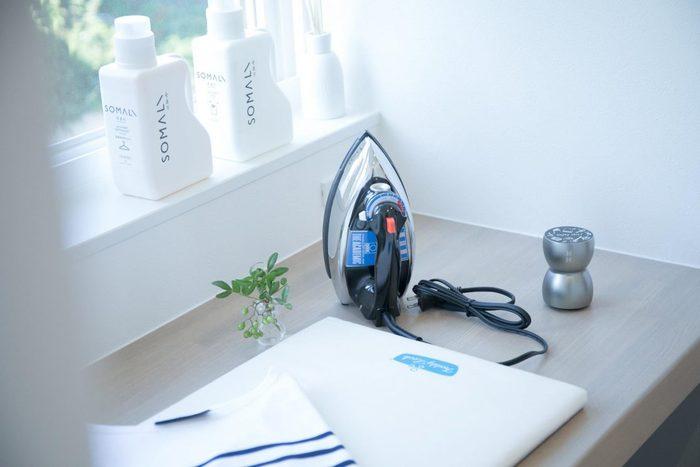 洗濯の仕上げに使いたいアイロンもおしゃれなアイテムだと嬉しくなりますよね。ドイツ製のスチームアイロンは、クラシックなデザインで飽きることなく長く使えます。