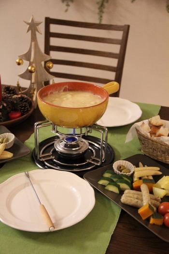 パーティーメニューとしてもおすすめのチーズフォンデュ。ブロックチーズや白ワインを使ったものは、本格的な味です。乳製品によく合うナツメグを少しプラスすることで、おいしさがより際立ちます。