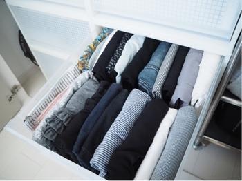 Tシャツはハンガーにかけて収納した方がシワになりにくいのですが、枚数が多く場所を取ってしまう方は、丁寧に折りたたんで収納するようにしましょう。