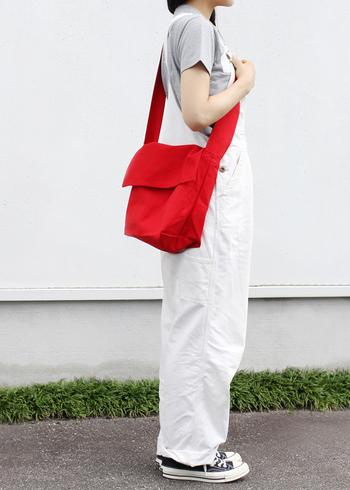 柔らかなレザーや軽いナイロンもいいけれど、毎日の相棒に選ぶなら、丈夫な帆布で出来たバッグも良いものです。汚れを気にせずガンガン使える頼もしさが魅力です。
