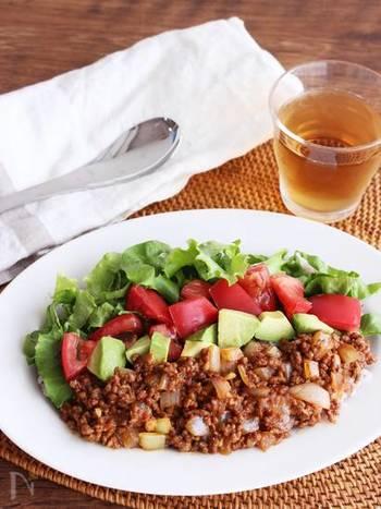 スパイシーなタコライスを子供もたくさん食べられるように、マイルドに仕上げたレシピです。たまねぎ、アボカド、トマトなど、野菜がたくさん入って栄養満点♪