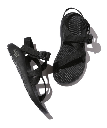 """1989年にアメリカで設立されて口コミで人気が広がった「Chaco」の定番""""Z1 CLASSIC""""。シンプルなデザインと人間工学的な側面からも追求された快適な履き心地が人気の秘訣です。靴下を合わせても可愛いですよ♪"""