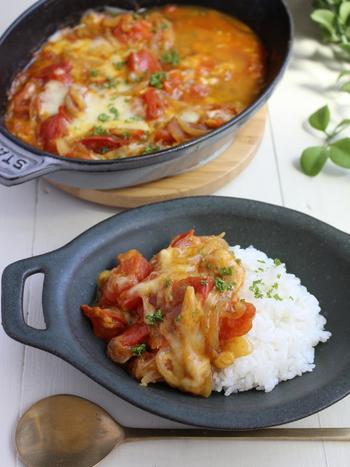 材料をカレー粉で炒め、めんつゆとチーズを加えて煮込むだけ!簡単なのにきちんと本格的なトマトカレーが食べられます。野菜たっぷりヘルシーなので、子供にも安心して食べてもらえますね♪