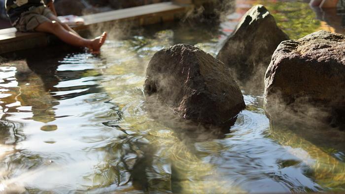 北海道には、広大な自然に囲まれた魅力たっぷりな、温泉地が数多く存在します。バラエティー豊かな温泉地から、目的に合わせて選ぶことができるのも嬉しいですね。今回は、《登別温泉・定山渓温泉・湯の川温泉・阿寒湖温泉・洞爺湖温泉》の5つの温泉地を場所別にご紹介いたします。