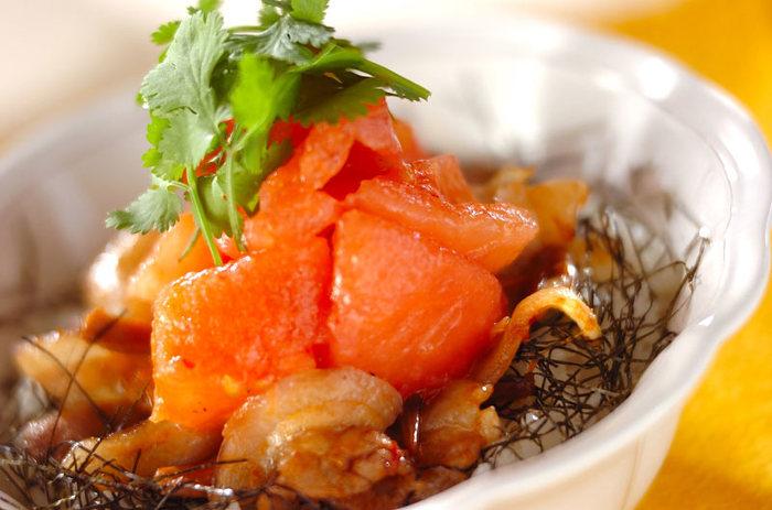 ジューシーな鶏の照り焼きを、夏らしくトマトとともにいかがでしょう?野菜とお肉をバランスよく摂ることができるので、身体も喜ぶ一品です。