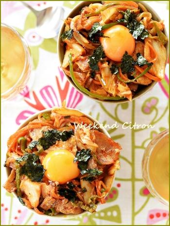 暑い季節にはピリリと辛い丼が食べたくなりますよね!豚バラ肉とキムチ、夏野菜をたっぷりと使ったスタミナ満点の豚キムチ丼は、夏バテ対策にも最適です。
