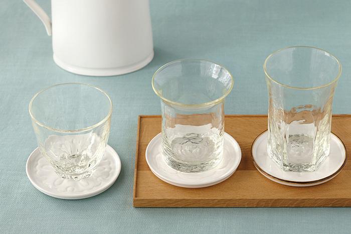冷たい飲み物の出番が多くなるこれからの季節。グラスに付いた水滴でテーブルが濡れてしまう…。そんなお悩みはありませんか?コースターがあれば、水滴でテーブルが濡れてしまうのをしっかり防げて、熱い飲み物の時には熱さからテーブルを守ってくれるので安心。また、コースターは、来客時のおもてなしにも大活躍!今回は、手作りコースターのご紹介や形や素材など個性的なコースターをご紹介したいと思います。みなさんもグラスとコースターの組み合わせを楽しんでみませんか♪