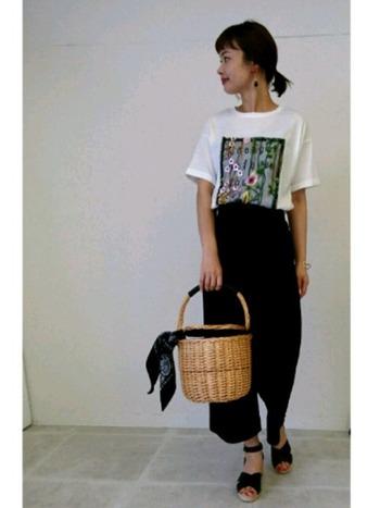 お花の刺繍が特徴的なTシャツは、シンプルなボトムで引き立てると◎ 黒のワイドパンツを合わせれば、リラックスした雰囲気も出て素敵です。 かごバッグが夏らしいアクセントに♪