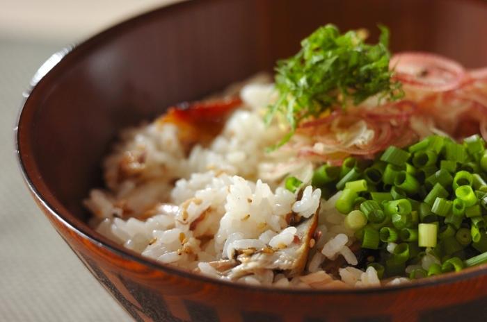 焼いた塩鯖を混ぜたご飯に、大葉、青ネギ、ショウガ、ミョウガなどの香味野菜をたっぷりとのせた見た目も上品な「塩サバと香味野菜の混ぜご飯」。青い香味野菜が涼しげで、味付けもさっぱり美味しいので、食欲のない夏にちょうど良いかも。