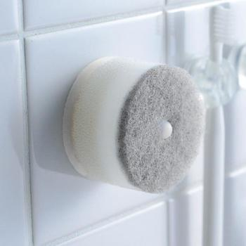 キッチンや洗面所の水回りの床は、気をつけていても水ジミができてしまいます。水ジミは、スポンジの硬い部分=不織布を使って落とすことができるんです。 水に濡らして固く絞ったスポンジでゴシゴシ擦り、乾いた布で拭きあげます。床が乾いたらオイルを塗ってあげるときれいになりますよ。