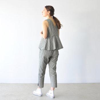 ファッショナブルタイプの人は、個性的なデザインの服もさらりと着こなします。背面の裾に大きくフレアがあしらわれたブラウスは、同じチェックのパンツと合わて大胆にセットアップで着こなして。