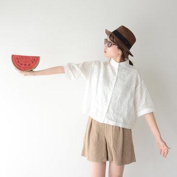かっちりとしたシャツに柔らかな素材感のショートパンツを合わせて、どこかノスタルジックなボーイッシュスタイルに。ハットやメガネで涼しげで自然体な空気感を。