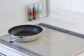 一般的なレトルトカレーは湯せんや電子レンジで温めますが、なんと『カレーの恩返しカレー』はフライパンで温めるのがおすすめ。