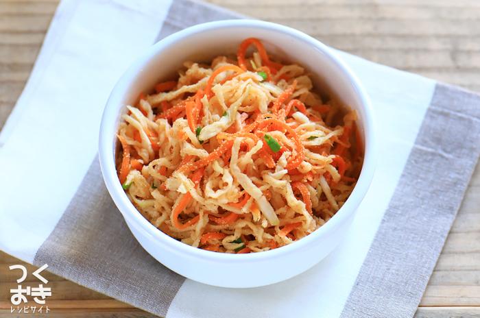 切り干し大根とにんじんで作る、和風のサラダ。20分で作れて、冷蔵保存が一週間可能なのでお休みの日にたくさん作っておくと、副菜やお弁当にも使えそう。しかも、作ってから数日後のほう味のなじみが良くなり、美味しくなるので、週の半ばくらいに焼き塩鯖と一緒にいただいてはいかがでしょうか。