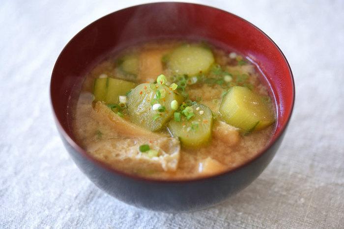 ピーラーで皮をむいたきゅうりを使ったさっぱりとしたお味噌汁。グリーンの見た目も涼しげなお味噌汁は、夏の焼き魚定食にちょうど良さそう。好みで一味をかければさらに美味しくいただけて◎。