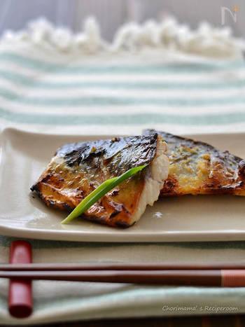 いつもの焼き塩鯖焼きを、焼く前に、ニンニクやショウガのタレに漬けておき、その後グリルで焼くだけのアレンジレシピ。ごはんがよりすすみそうな風味豊かな味わいです。