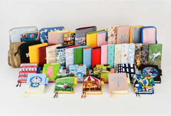 「ほぼ日手帳」にはたくさんの専用カバーが用意されており、どれにするか悩むのも楽しいもの。「ほぼ日の方眼ノート」も手帳と同じサイズなので、手帳のカバーをかけることができますよ。